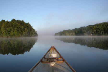 Boeg van een kano op een Misty Lake in Ontario, Canada