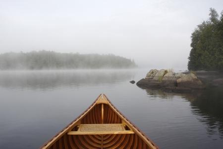 霧の湖 - オンタリオ州、カナダで杉カヌーの船首 写真素材 - 24173953