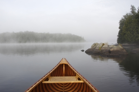 Boog van een Cedar Kano op een Misty Lake - Ontario, Canada