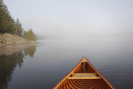 Cedar Canoe Bow on a Misty Lake - Ontario, Canada Stockfoto