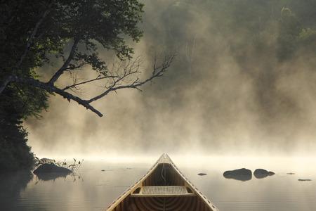 Cedar Canoe Bow on a Misty Lake - Ontario, Canada 免版税图像