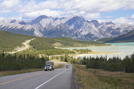 RV op een bochtige snelweg naast een bergmeer in de Kootenay Plains - Alberta, Canada