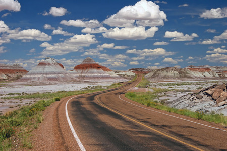 Road Through Teepee Rock Formations - Painted Desert National Park, Arizona 免版税图像