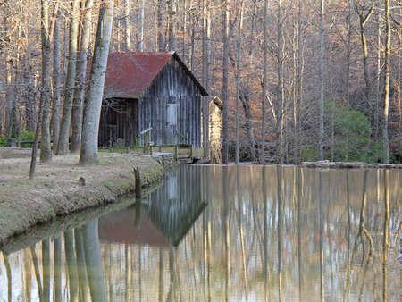 grist: Storico Grist Mill con la riflessione in stagno - Georgia