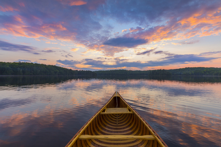 アット サンセット - ハリバートン、オンタリオ州、カナダ湖杉カヌーの船首