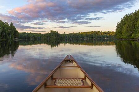 ハリバートン, オンタリオ, カナダ - 湖でカヌーの船首