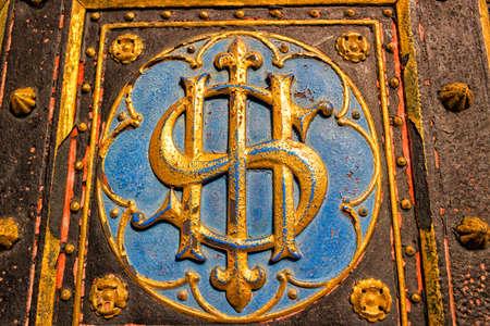 dolar: Puerta de entrada de la Bas�lica de San Pedro y San Pablo en Vysehrad en Praga: forma similare a s�mbolo valor dolar