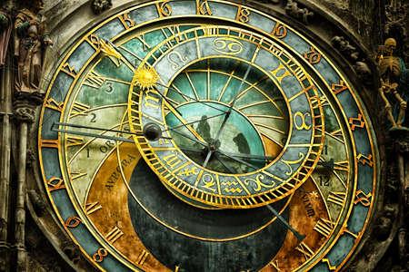 orologi antichi: L'orologio astronomico medievale nella piazza della Città Vecchia di Praga