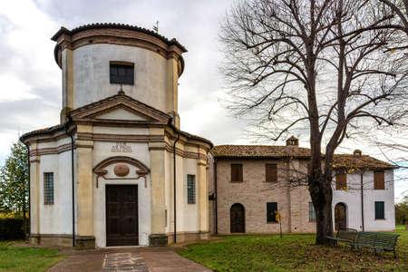 oratoria: Fachada de un oratorio del siglo XVIII, la iglesia barroca dedicada a una imagen de la Virgen de Loreto en el pueblo de Passogatto cerca de Ravenna en la campi�a de Emilia Roma�a, en el norte de Italia Foto de archivo