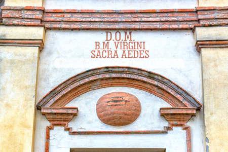 oratoria: detalles de la arquitectura de un oratorio del siglo XVIII, la iglesia barroca dedicada a una imagen de la Virgen de Loreto en el pueblo de Passogatto cerca de R�vena en el campo de Emilia Romagna en el norte de Italia