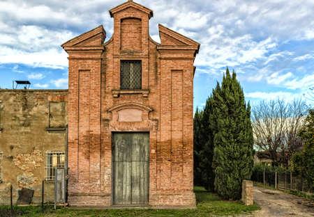 oratory: Fachada tipo muro de uno de los primeros oratorio del siglo XVIII, la iglesia dedicada a San Dorothea en el pueblo de Belricetto cerca de R�vena en el campo de Emilia Romagna en el norte de Italia