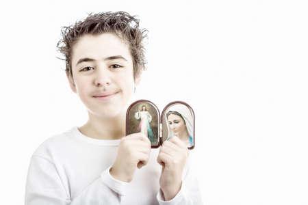 vierge marie: Un gar�on hispanique d�tient ic�nes dans un bo�tier arrondi bois de J�sus Mis�ricordieux et Notre Dame de Medjugorje, la Vierge Marie