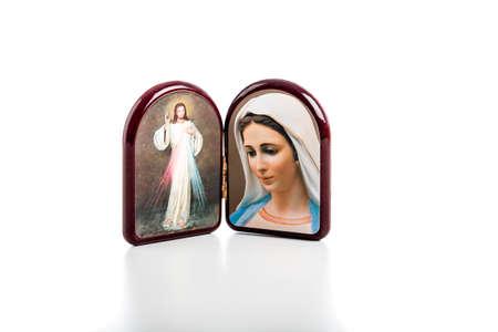 vierge marie: Ic�nes dans un bo�tier arrondi bois de J�sus Mis�ricordieux et Notre Dame de Medjugorje, la Vierge Marie isol� sur fond blanc avec la r�flexion de mat sur table blanche. Banque d'images
