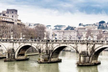 tiber: Puente sobre el r�o T�ber en el centro de Roma.