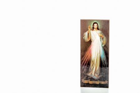 Aislado en el fondo blanco, un icono con la imagen de Jesús Misericordioso sin escritos sobre la cinta en la que puede escribir su versión de idioma de Jesús, confío en ti