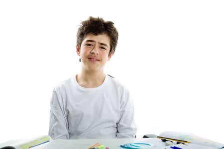 sadly: Ragazzo sveglio latino tristemente seduto di fronte a compiti che indossa una t-shirt a manica lunga bianco