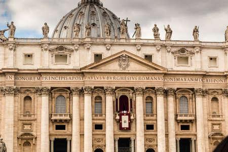 ciudad del vaticano: San Pedro, la Bas�lica en la Ciudad del Vaticano: c�pula y fachada
