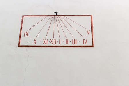 reloj de sol: Grunge simple reloj de sol de color rojo en la pared en colores pastel