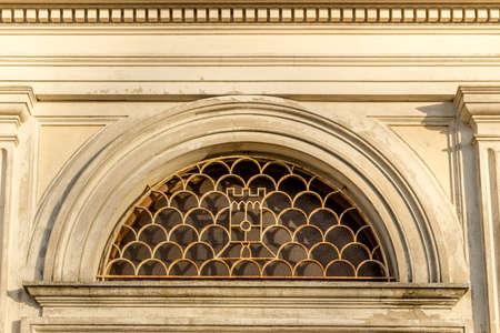 """oratoria: Formas redondeadas de rejilla de hierro en una ventana redonda de la iglesia del siglo XVII, el El oratorio de """"Santissima Annunziata"""" (Sepulcrum Gentis Piancastelli) en Fusignano, Italia"""