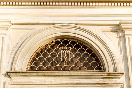 """oratorio: Forme rotonde di griglia di ferro in una finestra rotonda di chiesa del XVII secolo, l'Oratorio della """"Santissima Annunziata"""" (Sepulcrum Gentis Piancastelli) a Fusignano, Italia Archivio Fotografico"""