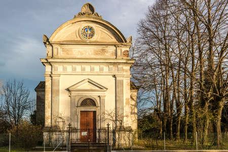 "oratoria: Piedra vieja fuente seca frente a la iglesia del siglo XVII, el El oratorio de ""Santissima Annunziata"" (Sepulcrum Gentis Piancastelli) en Fusignano, Italia"