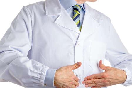 medical attention: Hombre vestido con bata blanca m�dico, camisa azul claro y corbata regimiento brillante con el azul oscuro, rayas azules y de color verde claro, est� apuntando a su vientre con las dos manos, conduciendo la atenci�n sobre su est�mago Foto de archivo