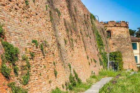 empedrado: camino pavimentado a lo largo de la pared de una fortaleza del siglo 14 Foto de archivo