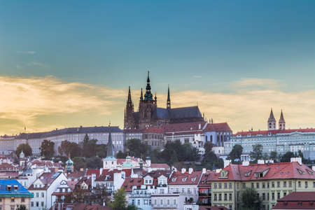 praga: View of Praga Castle and Saint Vitus Cathedral overlooking the red rooftops of Prague Editorial