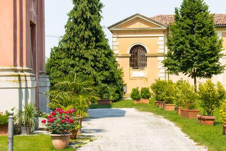 starr: Friedhof in der N�he der starren und strengen Architektur des Heiligtums Unserer Lieben Frau der Gesundheit von Solarolo in Italien, Kirche aus dem 18. Jahrhundert bis in die selige Jungfrau Maria gewidmet
