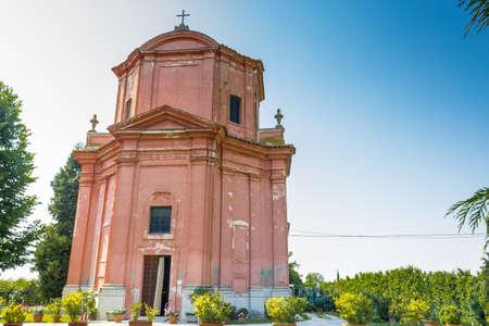 starr: Die starre und strenge Architektur des Heiligtums Unserer Lieben Frau der Gesundheit von Solarolo in Italien, Kirche aus dem 18. Jahrhundert bis in die selige Jungfrau Maria gewidmet