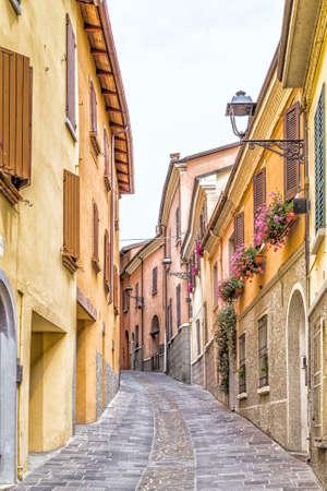medieval: calles medievales y antiguos recuerdos - el laberinto de callejones de un pueblo medieval en Italia, entre los edificios históricos y casas particulares Foto de archivo