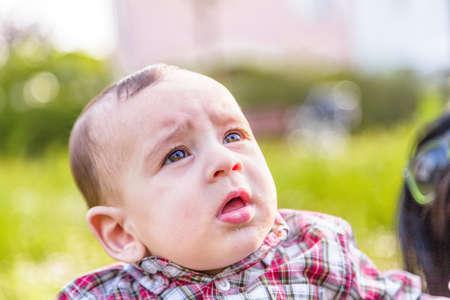 pelo casta�o claro: Lindo beb� 6 meses de edad con el pelo marr�n claro en camisa a cuadros roja y pantalones de color beige se boquiabierta
