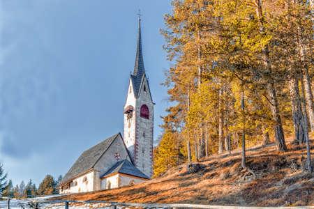 iglesia: La pequeña Iglesia romana católica de Saint Jacob encima Ortisei en Dolomitas italianos Foto de archivo