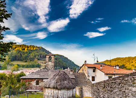 characterized: The Palace of  the Captains and a  straw hut in medieval mountain village in Tuscany characterized by houses with walls of stones derived from the Renaissance Stock Photo