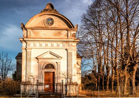 "oratoria: Fachada de la iglesia del siglo XVII, el El oratorio de ""Santissima Annunziata"" (Sepulcrum Gentis Piancastelli) en Fusignano, Italia Foto de archivo"