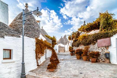 이탈리아 Apulia에 알베로 벨로의 트룰리. 건조 돌 벽과 원추형 지붕으로 이러한 일반적인 주택 어딘가에 마법과 역사 사이에, 세계에 시간과 현실의 바깥이 장소를 투영하는 고유 스톡 콘텐츠 - 47874838