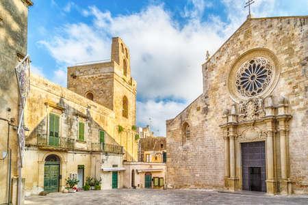 medieval: La catedral medieval en el centro histórico de Otranto, ciudad costera de origen griego-mesápica en Italia