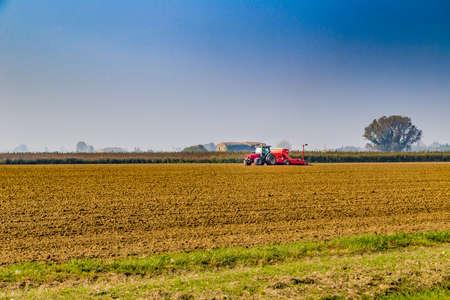 arando: tractor arando un campo en invierno Foto de archivo