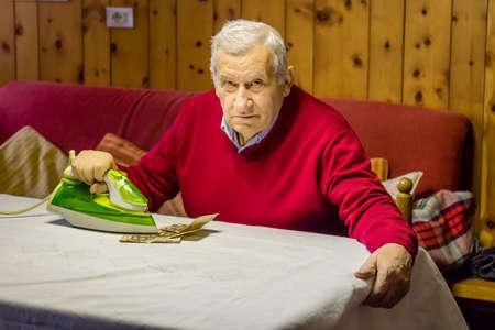 banconote euro: ottanta anni uomo seduto al tavolo da pranzo asse banconote in euro