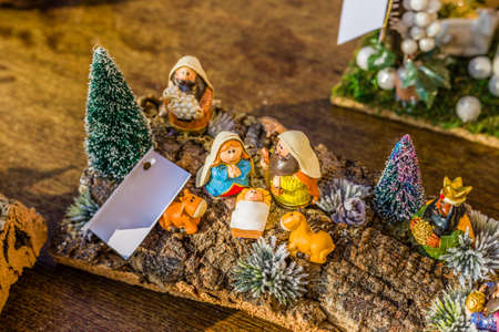 pesebre: colores vivos de un bel�n de Navidad, la Virgen Mar�a y San Jos� velan por el Santo Ni�o Jes�s en un pesebre como el buey y el asno se est�n calentando