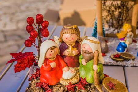 pesebre: colores vivos de un bel�n de Navidad, la Virgen Mar�a y San Jos� velan por el Santo Ni�o Jes�s en un pesebre Foto de archivo