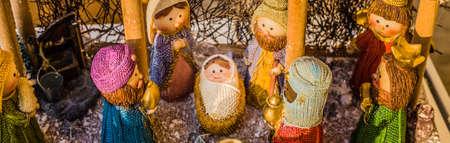 pesebre: colores vivos de un bel�n de Navidad, la Virgen Mar�a y San Jos� velan por el Santo Ni�o Jes�s en un pesebre, mientras que los magos est�n dando regalos