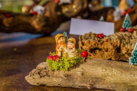 pesebre: colores vivos de un belén de Navidad, la Virgen María y San José velan por el Santo Niño Jesús en un pesebre Foto de archivo