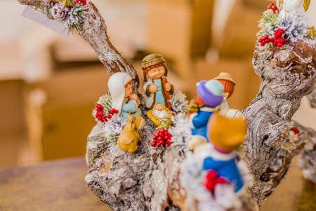 buey: colores vivos de un bel�n de Navidad, la Virgen Mar�a y San Jos� velan por el Santo Ni�o Jes�s en un pesebre como el buey y el asno se est�n calentando