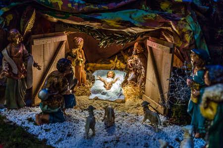Statues dans une crèche de Noël, la Bienheureuse Vierge Marie et de saint Joseph veille sur le Saint Enfant Jésus dans une crèche dans la paille comme le b?uf et l'âne se réchauffent Banque d'images