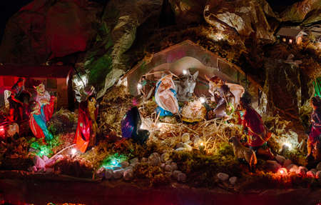 nascita di gesu: Statue in una scena di nativit� di natale, la Beata Vergine Maria e San Giuseppe vegliare il Santo Bambino Ges� in una mangiatoia nella paglia come il bue e l'asinello stanno effettuando il riscaldamento, mentre i tre uomini saggi portare in dono oro, incenso e mirra