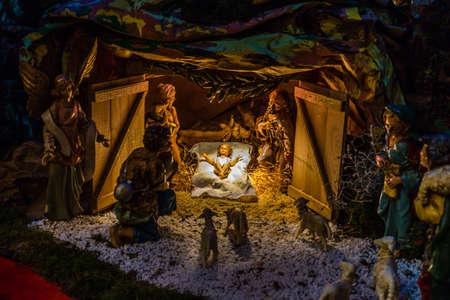 Statues dans une crèche de Noël, la Bienheureuse Vierge Marie et de saint Joseph veille sur le Saint Enfant Jésus dans une crèche dans la paille comme le b?uf et l'âne se réchauffent