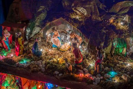 pesebre: Estatuas en una escena de la natividad de la Navidad, la Santísima Virgen María y San José velará por el Santo Niño Jesús en un pesebre en la paja como el buey y el asno se están calentando, mientras que los tres Reyes Magos traen regalos de oro, incienso y mirra Foto de archivo