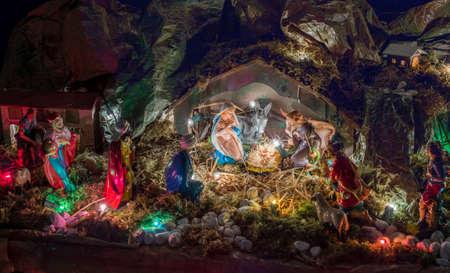 wise men: Estatuas en una escena de la natividad de la Navidad, la Santísima Virgen María y San José velará por el Santo Niño Jesús en un pesebre en la paja como el buey y el asno se están calentando, mientras que los tres Reyes Magos traen regalos de oro, incienso y mirra Foto de archivo