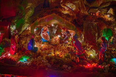 Statues dans une scène de la Nativité de Noël, la Bienheureuse Vierge Marie et saint Joseph veille sur le Saint Enfant Jésus dans une crèche dans la paille comme le b?uf et l'âne se réchauffent alors que les trois hommes sages apportent des cadeaux d'or, encens et la myrrhe